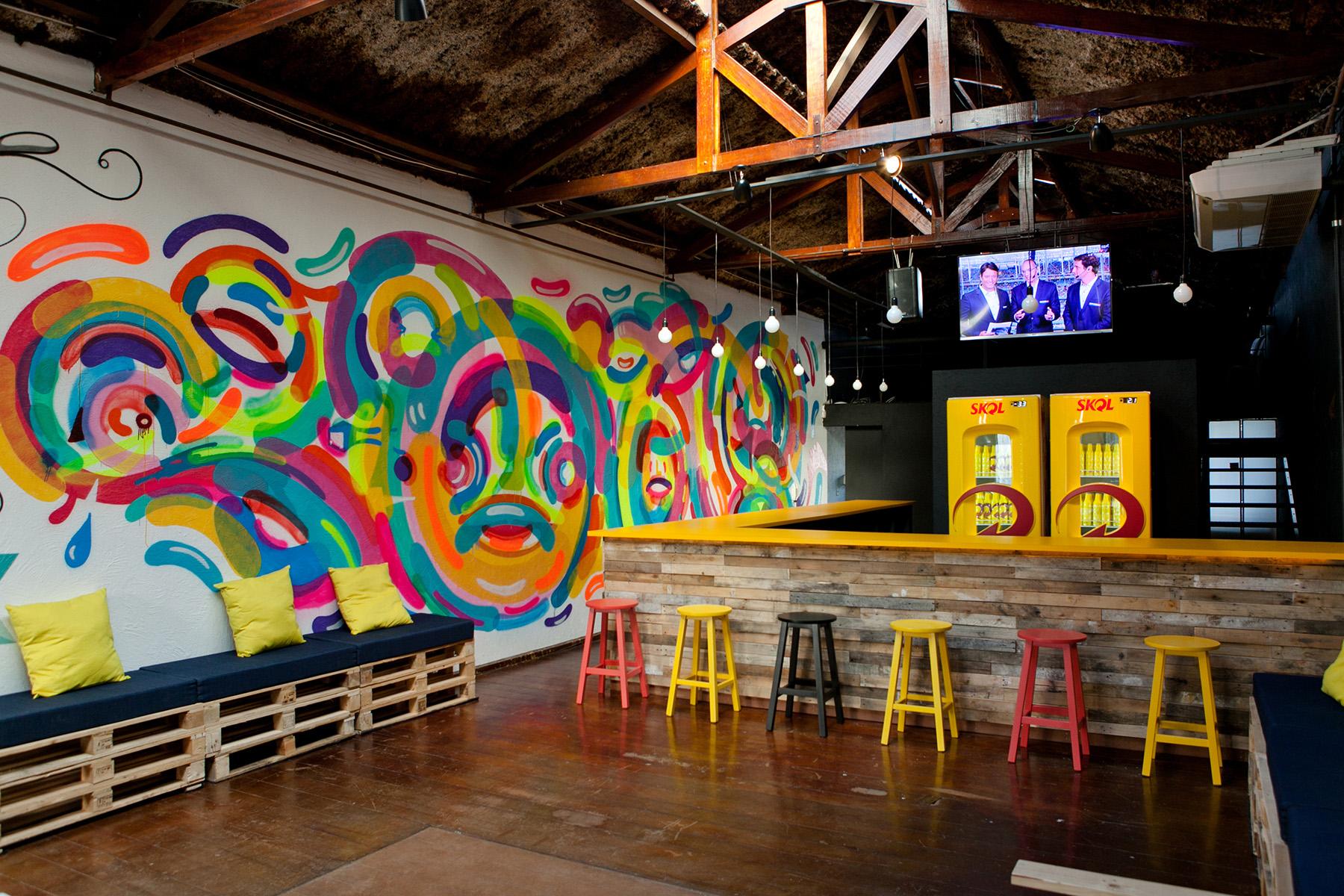 arte em hostel da skol na vila arte graffiti grafite interno corporativo